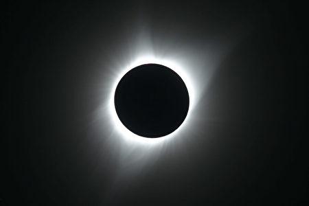 1919年,英国天文学家亚瑟.爱丁顿(Arthur Eddington)和他的研究小组通过观测日食实验证实了爱因斯坦的广义相对论。(George Frey/Getty Images)