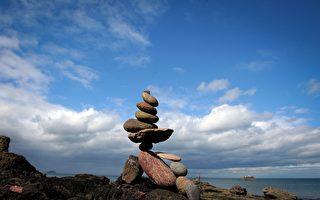 俄羅斯海灘滿是人工石塔 成另類景點
