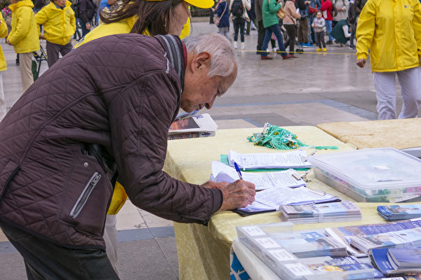 人权广场上的市民和游客签名声援法轮功学员反迫害。(关宇宁/大纪元)