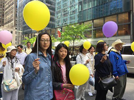 欧洲华人冉华和女儿在5月16日法轮功学员纽约游行队伍中。