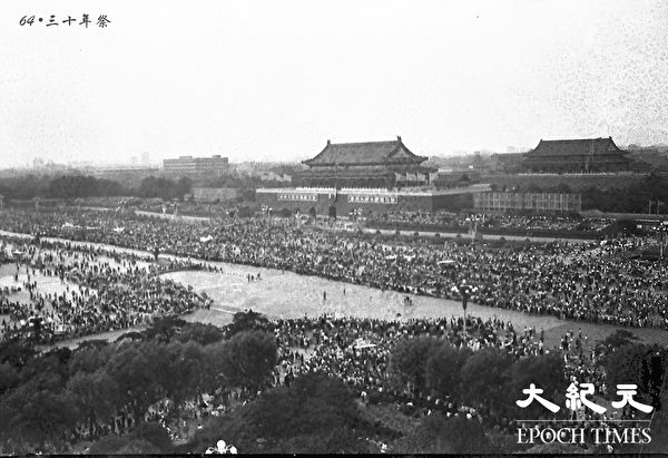 學生和市民遊行湧上天安門廣場,天安門廣場上人山人海。1989年4月27日,北京學生抗議中共人民日報4.26社論,發起的4.27大遊行。((網友「不再沉默」 提供)