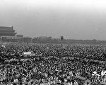 北京学生们游行,向天安门广场汇聚。1989年六四期间,北京学生抗议中共打压,反腐败要民主,发起绝食,得到广大民众的支持。(Jian Liu提供)