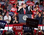 """2019年5月20日,川普总统在宾州蒙特斯维尔市(Montoursville)的威廉斯波特地区机场(Williamsport Regional Airport)举行的""""让美国再次伟大""""竞选集会上发表讲话。(Drew Angerer/Getty Images)"""
