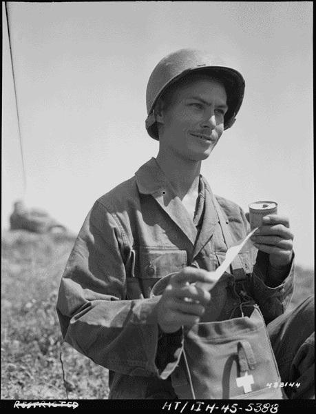 二戰期間年輕的道斯。美國國防部圖片。(公有領域)