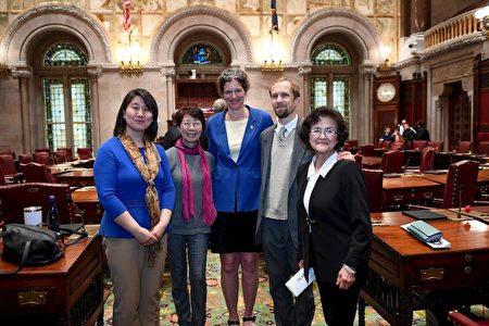 第四十二选区参议员吉恩·麦兹格(Jen Metzger)女士(中)和法轮功学员合影。