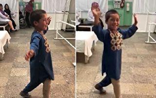 """阿富汗男孩""""与义肢共舞"""" 笑容感染全球网友"""
