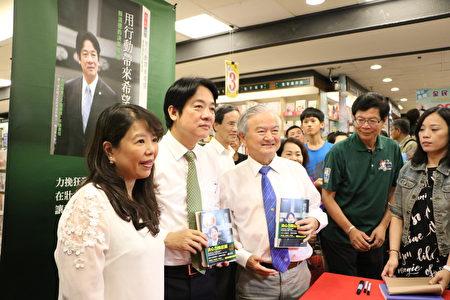 遠東機械榮譽董事長莊國輝(左3)也來支持簽書會。