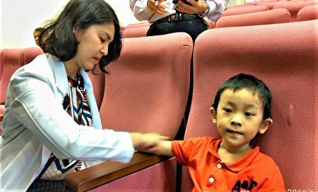 赖琬郁医师示范,按压小儿手臂内侧包括天河水、三关、六腑、阳池等穴位,就是有效的解热退烧方法。