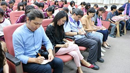"""嘉义市政府卫生局局长张耀懋(左3)也跟女孩们一起在""""开心女孩""""明信片上,写下与未来的自己对话。"""