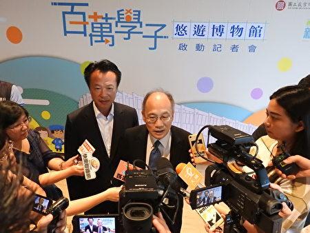 故宫院长吴密察(右)和嘉义县长翁章梁(左)接受媒体联访。