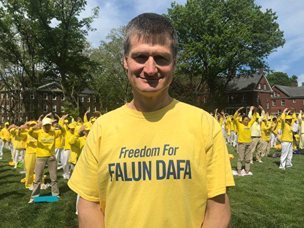 2019年5月18日,澳大利亞法輪功學員西蒙‧維瑞沙卡(Simon Verashaka)在紐約總督島排字活動中受訪。(林丹/大紀元)