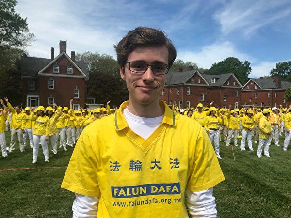 2019年5月18日,加拿大魁北克的大學生格勒尼耶—勒伯夫(Olivier Grenier-Leboeuf)參加大型排字活動。(林丹/大紀元)