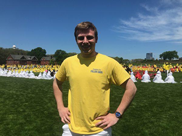 2019年5月18日,俄亥俄州克利夫兰州立大学就读的帕特里克·阿特霍费尔(Patrick Arthofer)参加大型排字活动。(林丹/大纪元)