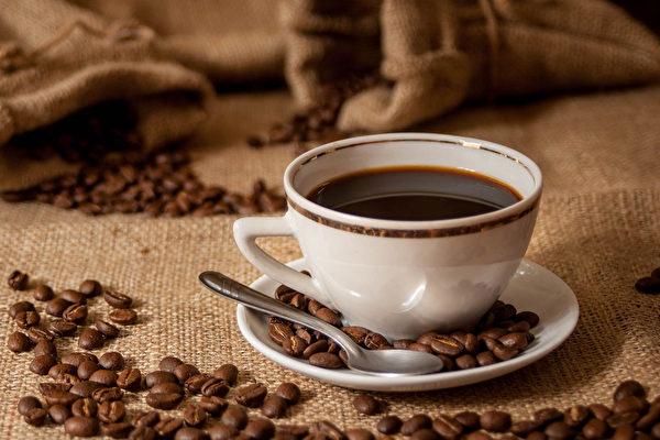 咖啡确实可以减少心血管疾病发生的风险,但不能因此大量摄取。(Shutterstock)