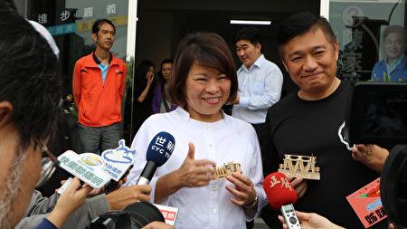 市长黄敏惠及陈家平议员(右)接受媒体联访。