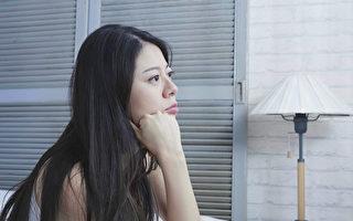 研究指出,一周工作时间较长的女性,罹患忧郁症的风险较高。(Shutterstock)