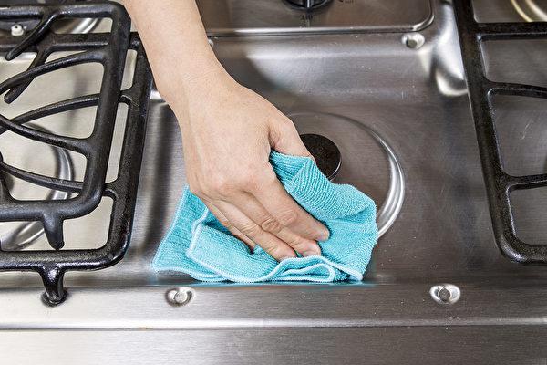 如何让变黑变臭的抹布焕然一新呢?教你2招清洁方法。(Shutterstock)