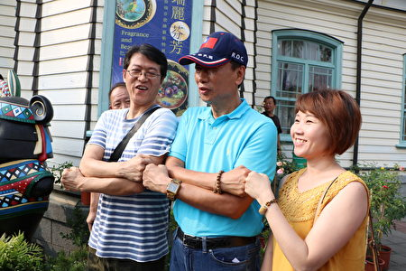 民眾爭相與鴻海董事長郭台銘合照。