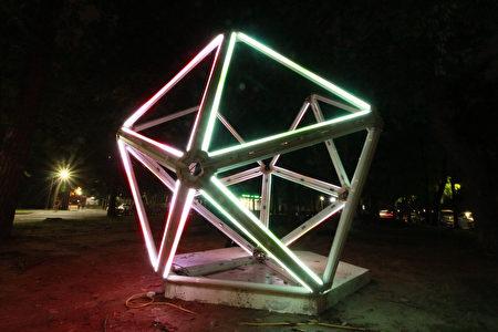 作品「ATGC梅光」閃耀著象徵梅花基因序列的七彩光芒多面體。