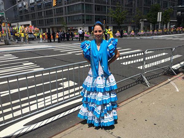 5月16日,喬安娜·桑切茲(Juana Sánchez)參加了紐約近萬名法輪功學員的大遊行活動,以此來紀念法輪大法洪傳世界27周年。(劉洋/大紀元)