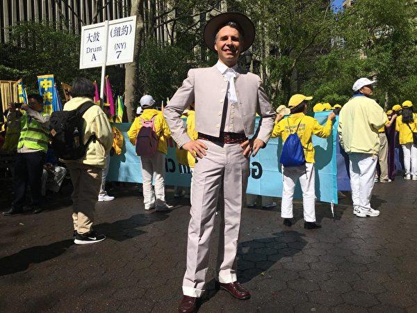 5月16日,大衛·羅哈斯(David Rojas)參加了紐約近萬名法輪功學員的大遊行活動,以此來紀念法輪大法洪傳世界27周年。(劉洋/大紀元)