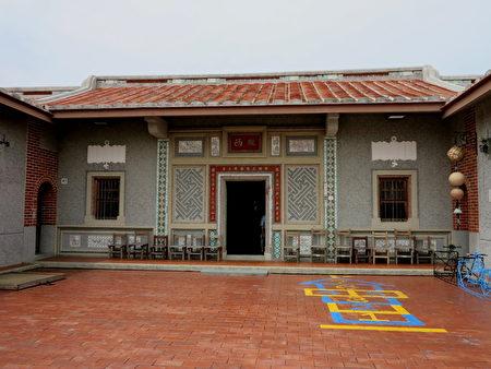 初次進入紅毛港,第一眼看見的是中國閩南式的紅瓦白牆建築群。