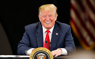 民调显示,和去年相比,现在有更多的人认为美国的强势经济归功于川普(特朗普)的政策。(Adam Bettcher/Getty Images)