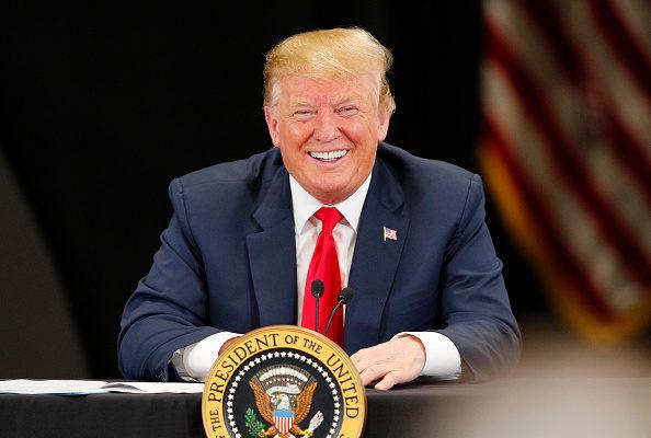 民調顯示,和去年相比,現在有更多的人認為美國的強勢經濟歸功於川普(特朗普)的政策。(Adam Bettcher/Getty Images)