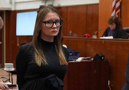 安娜.索罗金(Anna Sorokin)5月9日在曼哈顿最高法院因多项重大盗窃罪,在被判刑后被警方带走。(Timothy A. Clary/AFP/Getty Images)