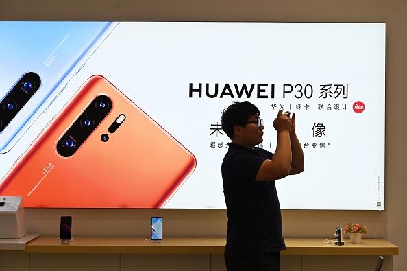华为新手机刚出来一个月,即遭遇抛售。(Hector Retamal/AFP/Getty Images)