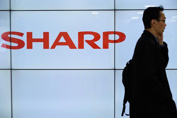 日媒指出,日本科技大厂夏普(Sharp)和京瓷(Kyocera)拟把在中国的部分生产线转移东南亚,回避贸易战的波及。(Akio Kon/Getty Images)