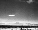 图为1975年,政府雇员拍到了在新墨西哥州霍洛曼航空发展中心附近徘徊了15分钟的不明飞行物。(Bettmann/Getty Images)