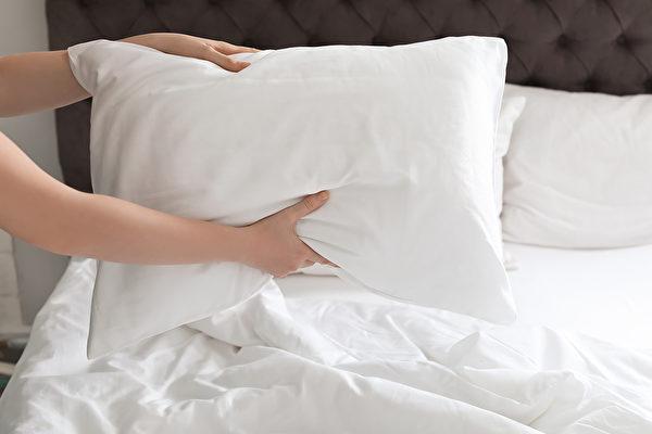 寢室中有棉被等寢具以及衣櫥中的衣物,有很多會生出灰塵的地方,容易傳染病毒。(Shutterstock)