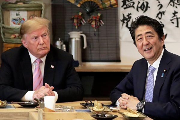 """川普用餐前表示,""""我今天和首相(安倍)谈了很多关于贸易和军事以及其他各种事情。我认为我们过了非常有成效的一天。""""(Kiyoshi Ota - Pool/Getty Images)"""