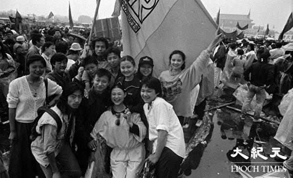 1989年学运期间,中央美术学院研究生部学生在天安门广场合影。(Jian Liu提供)