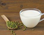 绿豆桑叶豆浆不仅味道清香,还有消水肿、降胆固醇的功效。(Shutterstock)