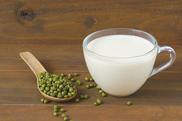 綠豆桑葉豆漿不僅味道清香,還有消水腫、降膽固醇的功效。(Shutterstock)