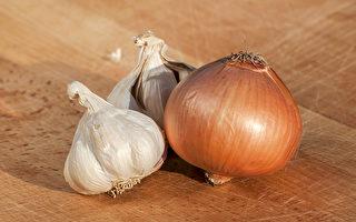 大蒜、洋葱等葱属蔬菜能够降低罹患大肠癌等8种癌症风险。(Shutterstock)