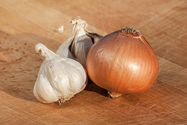 大蒜、洋蔥等蔥屬蔬菜能夠降低罹患大腸癌等8種癌症風險。(Shutterstock)