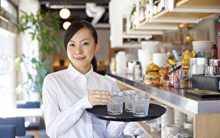 北美小费文化 餐饮招待年收入10万不是梦