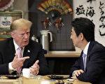 5月25日,美国總統川普訪問日本。圖為川普與日本安倍首相在交談。(Kiyoshi Ota-Pool/Getty Images)