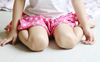 """小孩""""W坐姿"""" 当心影响发育 损伤髋关节"""