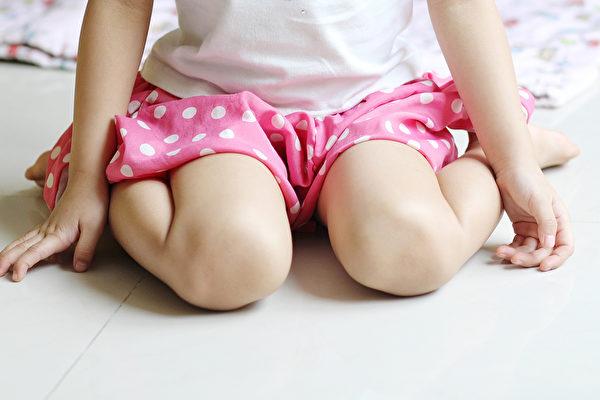 小孩如果長期維持W型坐姿,可能出現走路內八、髖關節發育不良等問題。(Shutterstock)