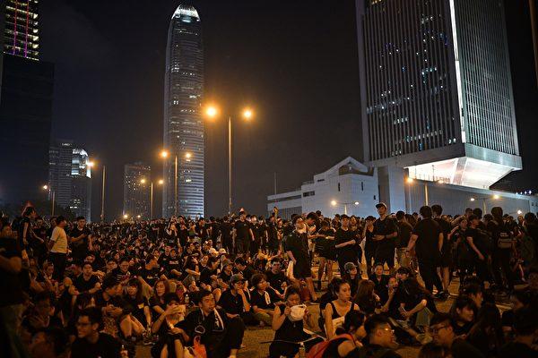 抗议人群不仅未散去,而且依然大声疾呼撤回恶法、要求香港特首林郑月娥下台。(Anthony WALLACE / AFP)