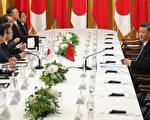 習近平與安倍晉三27日晚會面,重演「孤獨戰士」的場面。 (Kimimasa MAYAMA / various sources / AFP)
