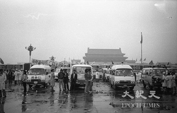 1989年六四前夕北京天安門廣場,自願救援救護車待命。(蔣一平提供)