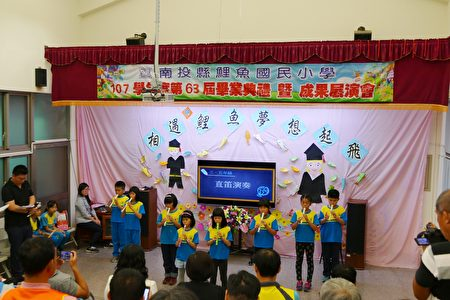 在校生以音乐展演恭贺学长姊毕业了。