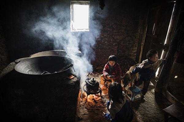 贵州有关留守儿童的新闻频频登上国内焦点,但往往都是惨剧。图为贵州安顺的留守儿童。(Kevin Frayer/Getty Images)