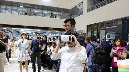 全台首創以GoPro_VR實境拍攝方式,介紹嘉義美食旅遊的裝置也首度登場。市長黃敏惠頭戴裝置,體驗創新的嘉義旅行。