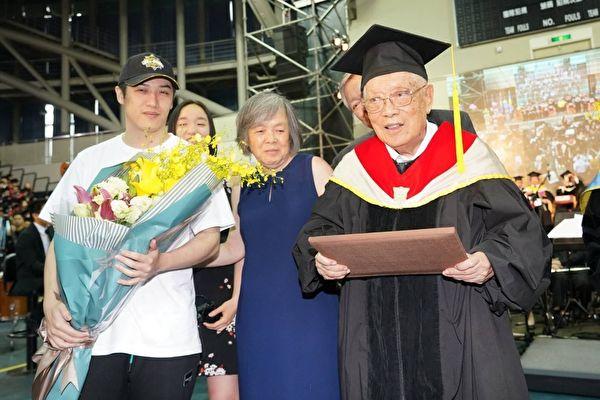 歌手熊仔爷爷高龄95 荣登台湾最高龄博士